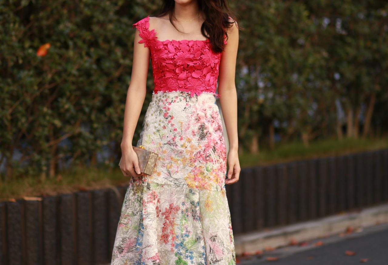 ピンクの花柄のキャミソールにハイウエストの総レースのスカートを合わせたモニークルイリエのレンタルパーティードレス