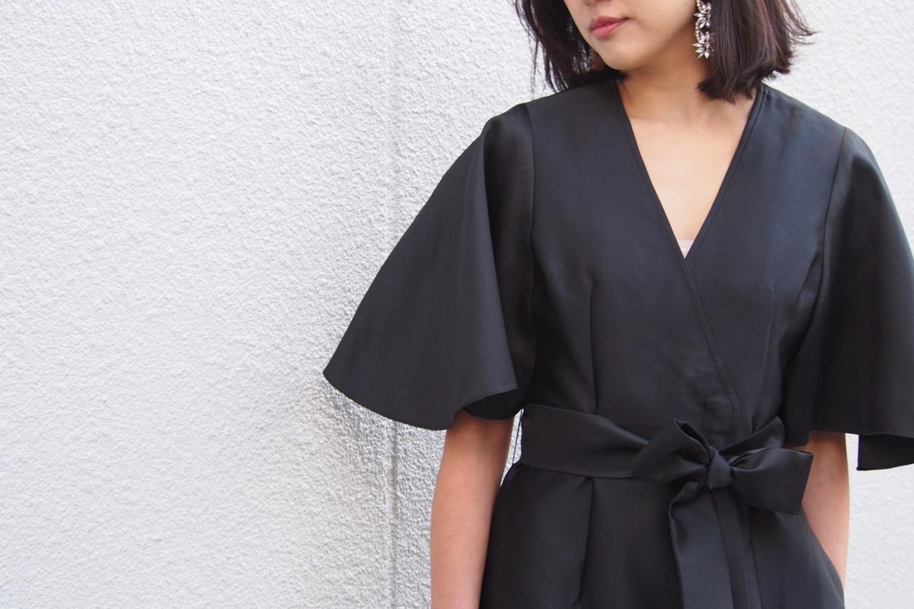 ウエストリボンが付いた黒の半袖のドレスはサッチン&バビのレンタルパーティードレス