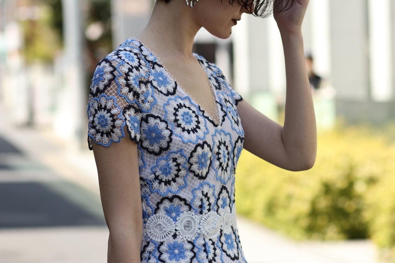 ブルーベース(通称ブルべ)の方におすすめのレンタルドレスは白、黒、水色の色を使ったVネックの半袖の花柄レースワンピースはエムエル・モニーク・ルイリエ(ML Monique Lhuillier)のドレス