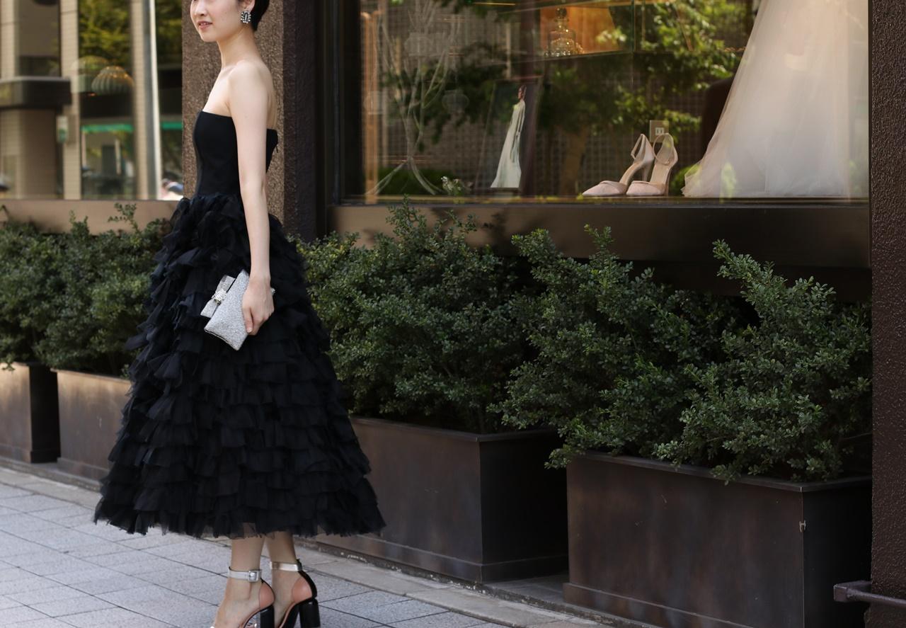 黒のベアのドレスはスカートがティア―ドスカートになっておりボリュームもあるモーガン・ル・フェイの連たりパーティードレス