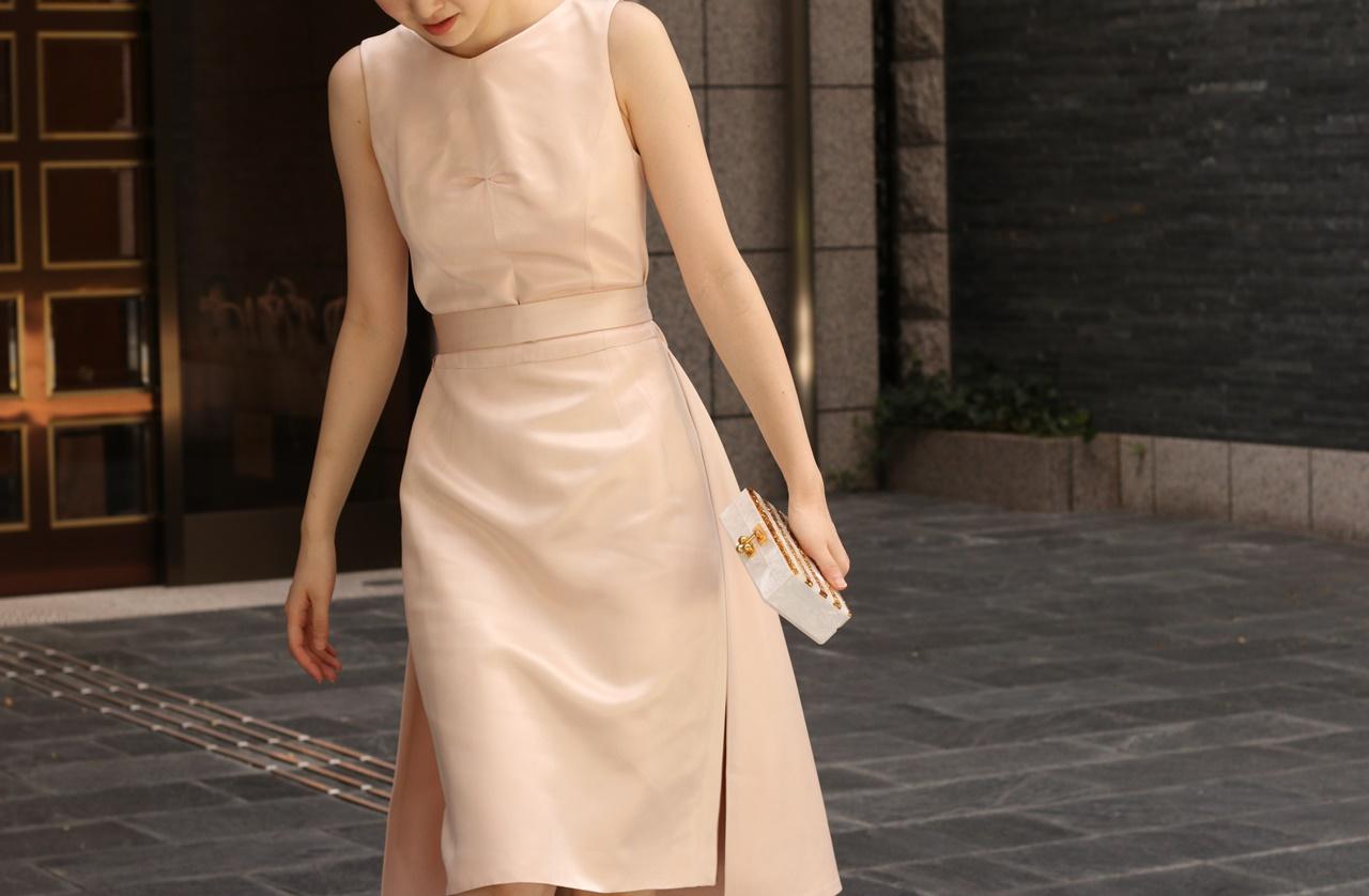 ウエストリボンが付いているスカートはタイトな淡いピンクのドレスはケイティー・エミリオのレンタパーティードレス