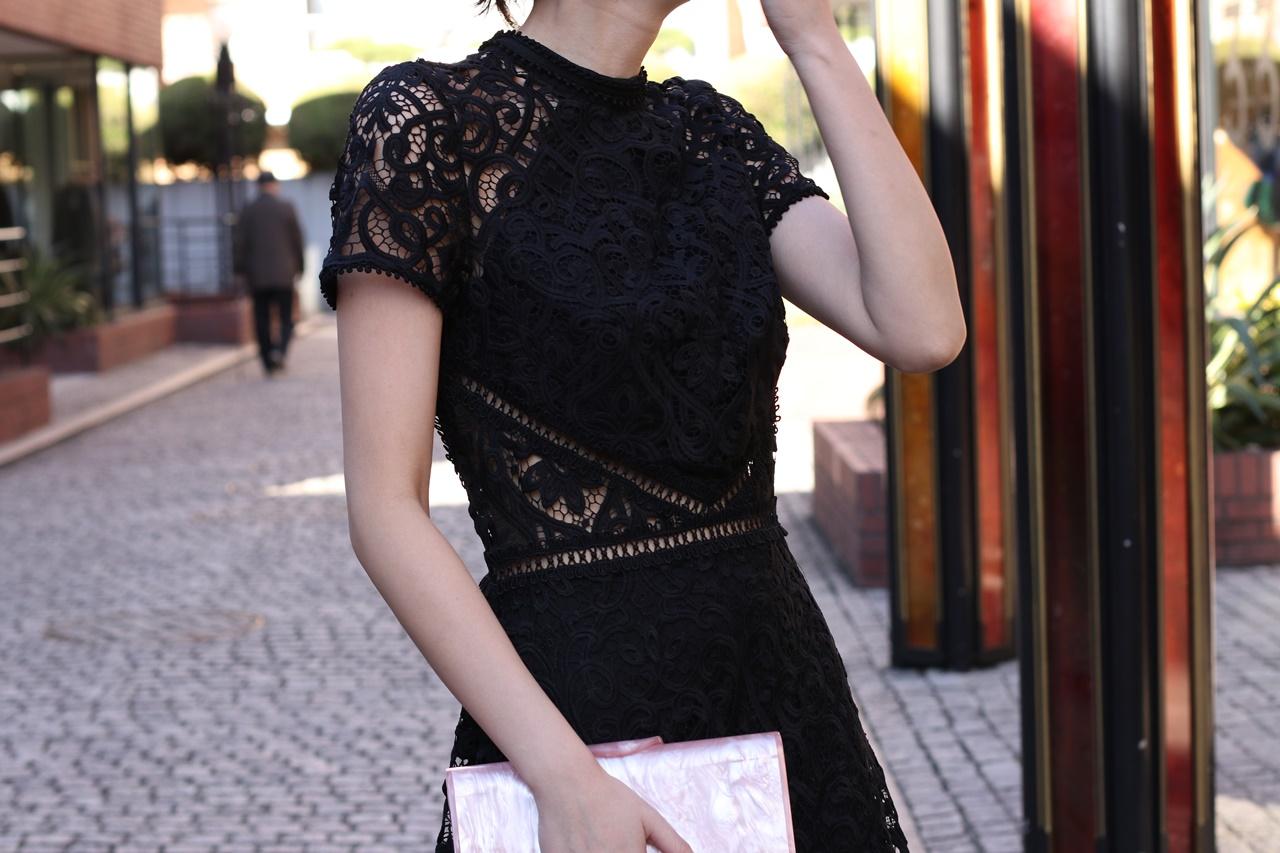 黒の総レースの半袖のワンピースはエムエル・モニーク・ルイリエ(ML Monique Lhuillier)のドレス