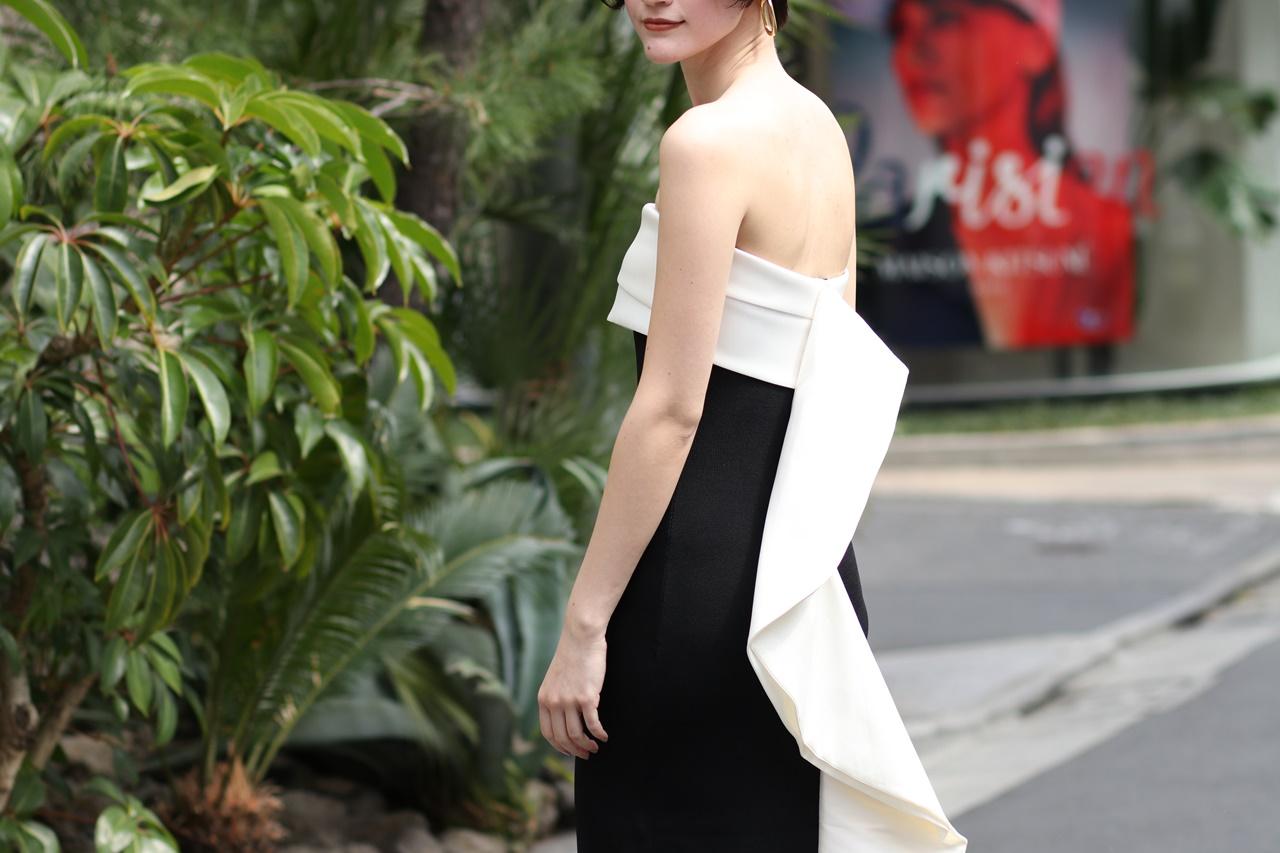 背中にはヒレのような白い立体型のデザインが特徴のベアのタイトドレスはサッチン&バビのレンタルパーティードレス