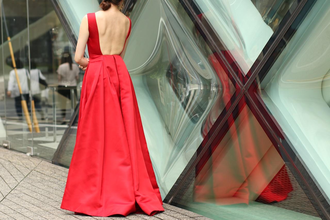 背中が大きく開いた真っ赤なシルクのロングドレスはケイティ・エミリオのレンタルパーティードレス