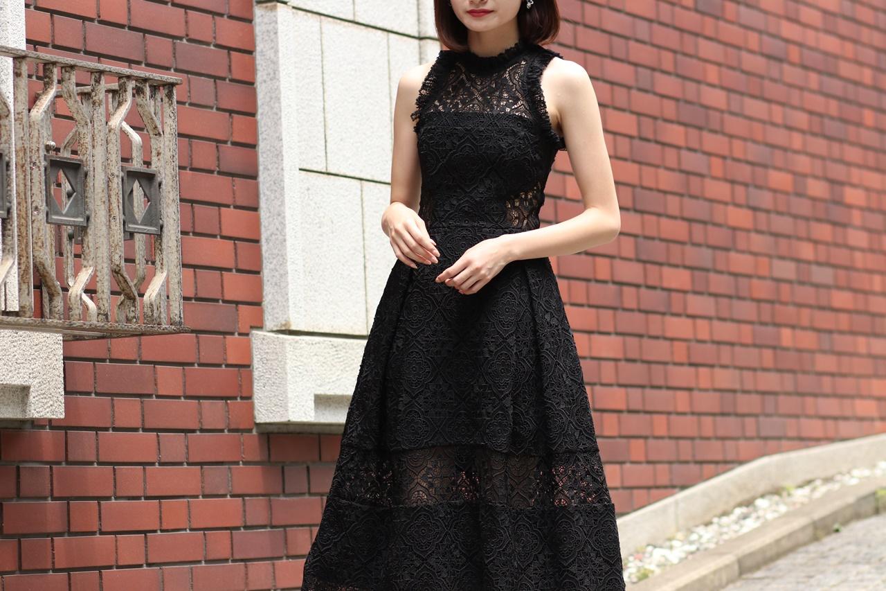 黒の総レースのノースリーブのドレスはニコラスのレンタルパーティードレス