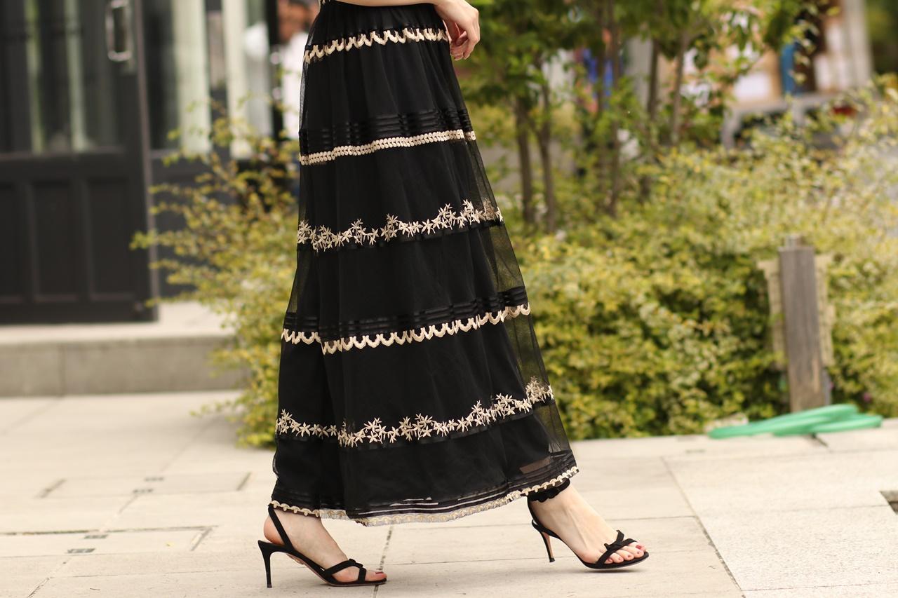ブラックチュールに金糸でお花模様が刺繍されたチュールのロングスカートはテンパリー・ロンドンのレンタルパーティードレス