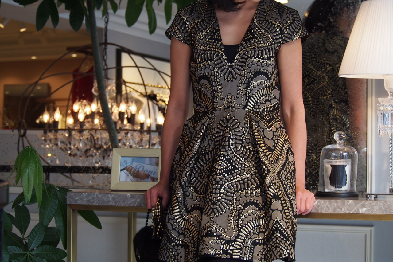 黒、銀色、金色が華やかなジャガード粗大の半袖のワンピースは胸元なVネックになっているテンパリー・ロンドンのレンタルパーティードレス