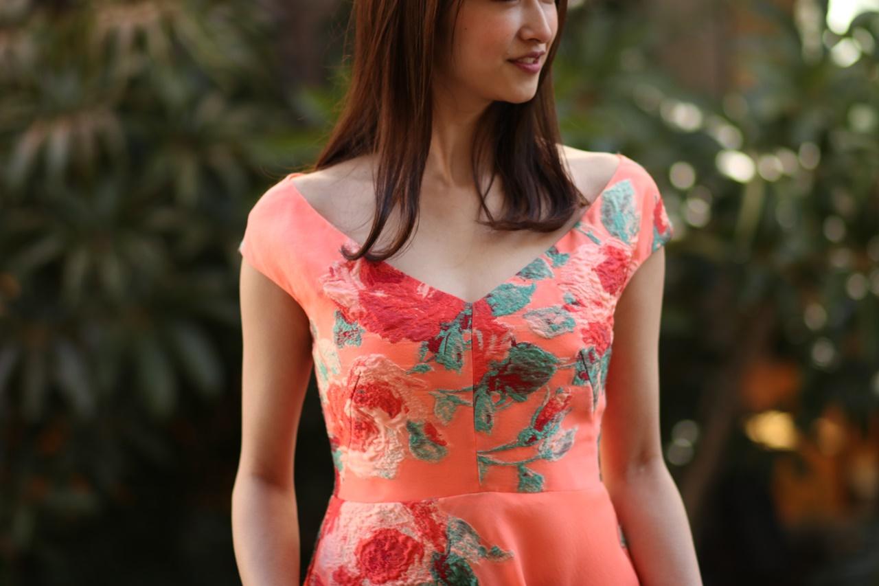 Vネックラインのオレンジの総刺繍のレンタルドレス