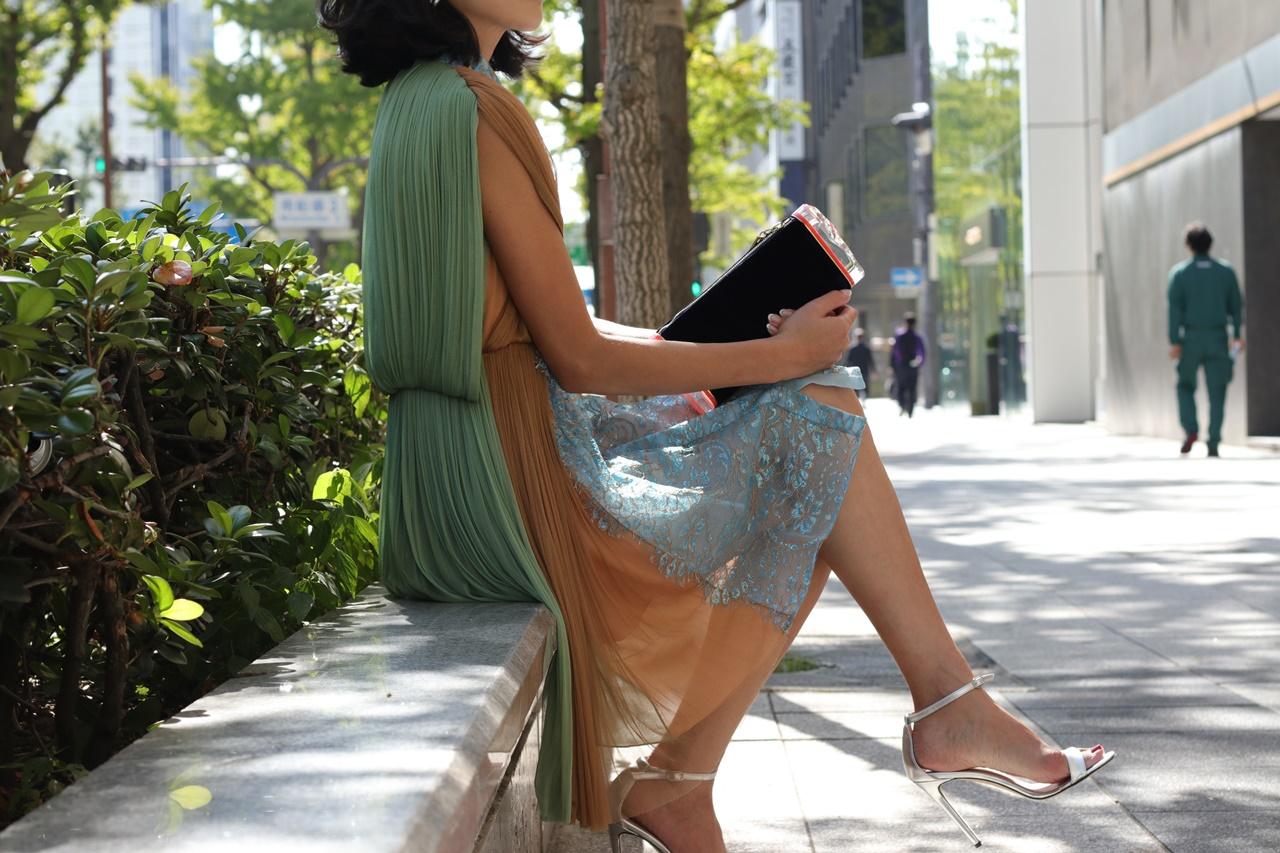 イエローベース(通称イエベ)の方におすすめのレンタルドレスはグリーンとベージュのチュールを組み合わせたシャツワンピースはイエローベース(通称イエベ)の方におすすめのレンタルパーティードレス
