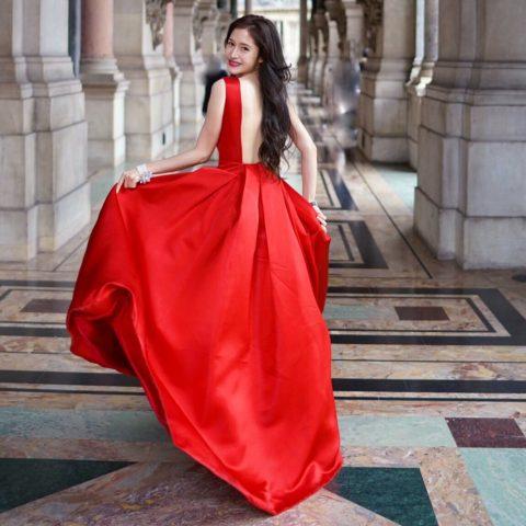 女優 神向ふきさん、パリでゴージャスなKatie Ermilioのドレスを