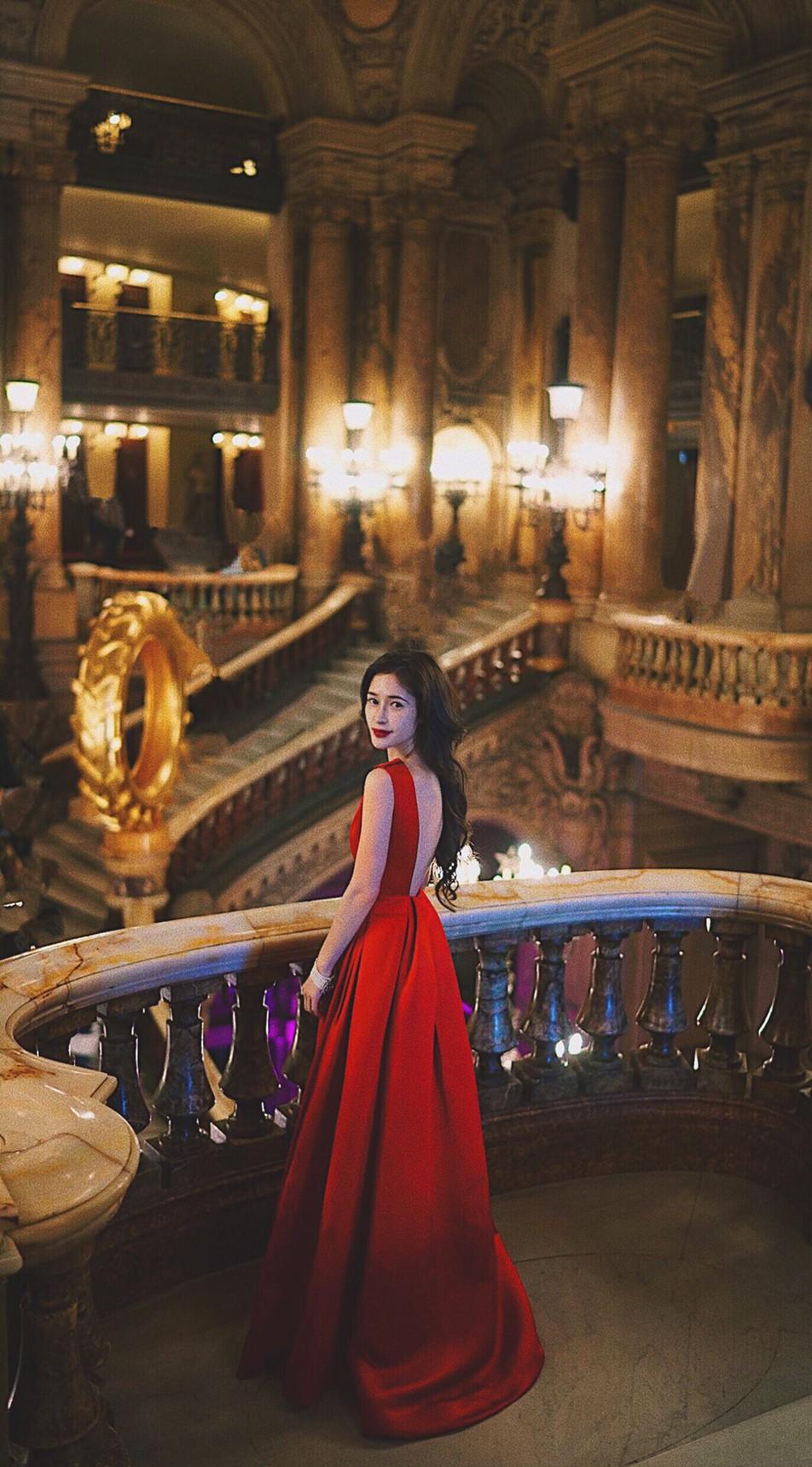 女優・モデルとして活躍する神向ふきさん、パリで赤のKatie Ermilioの背中が空いたドレスを着て。