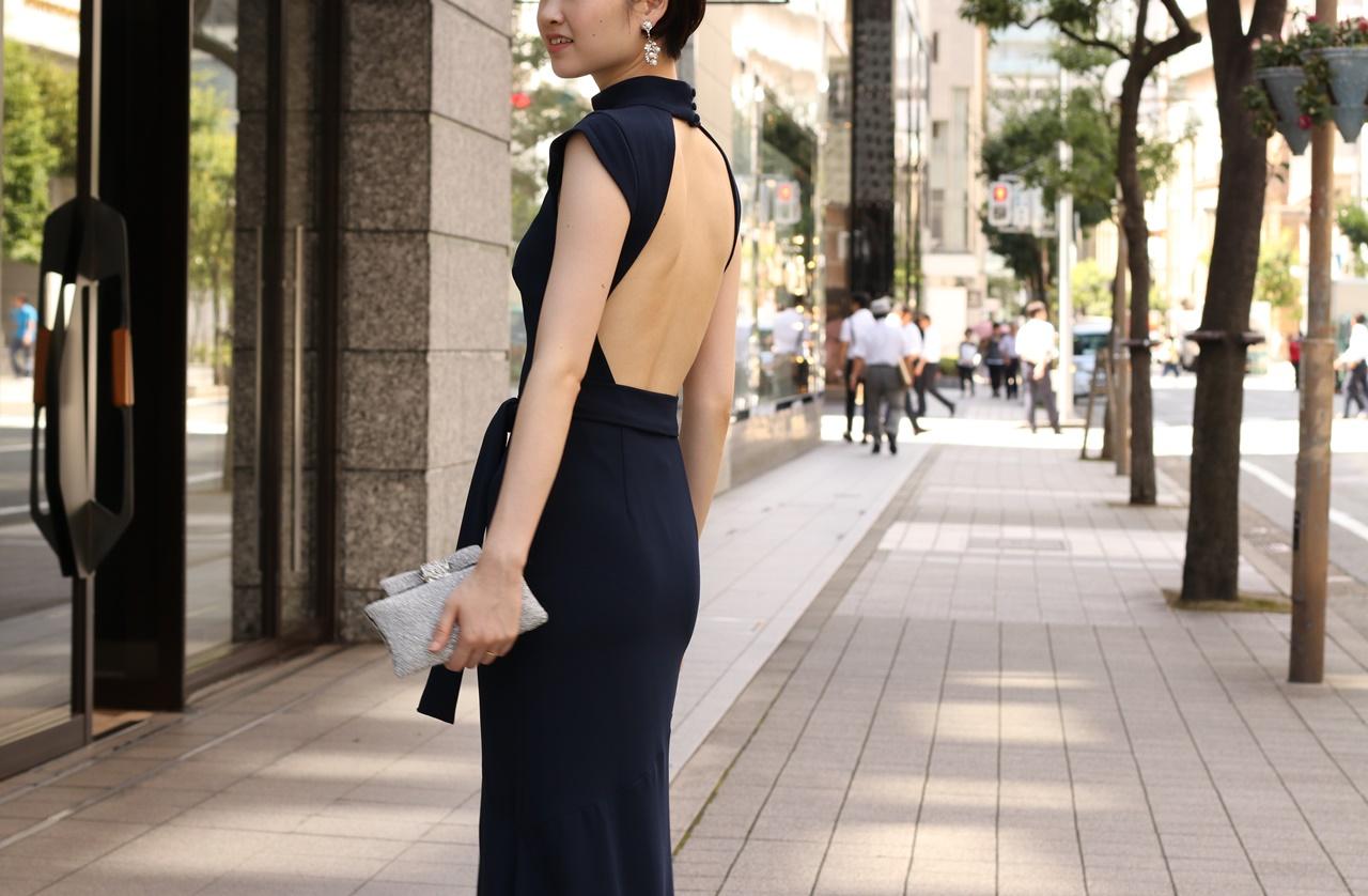 ドレスコードがイブニングドレスの結婚式やパーティーでおすすめのネイビーのオープンバッグドレス