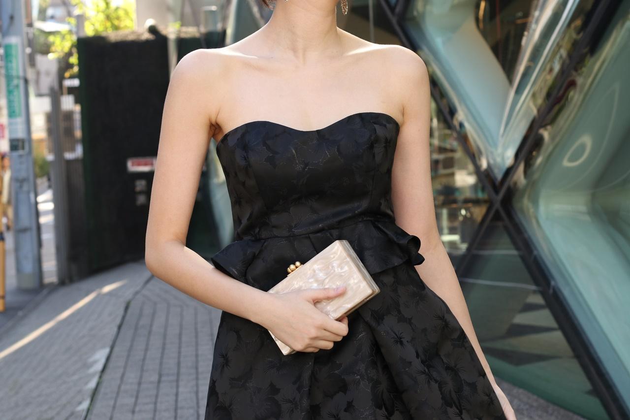 ドレスコードがイブニングドレスの結婚式やパーティーでおすすめの黒いベアのロングドレス