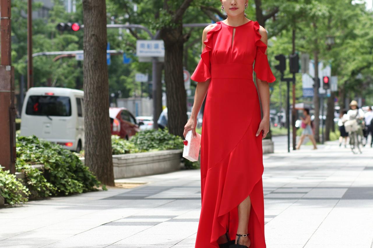 ドレスコードがイブニングドレスの結婚式やパーティーでおすすめの赤のロングドレス