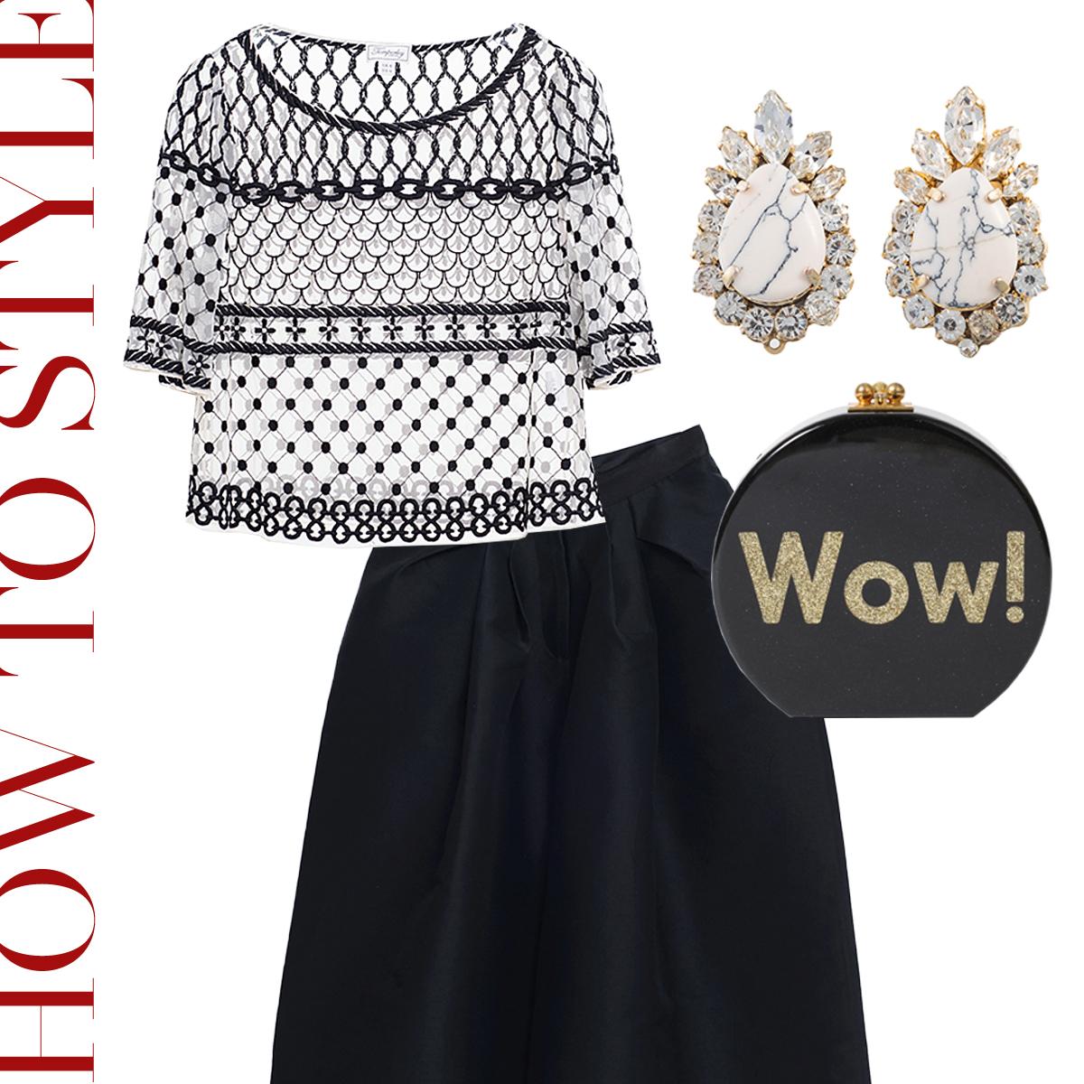 シースルーの半袖のトップスにワイドな黒いパンツを合わせて白い大理石模様のビジューのイヤリングを合わせたおしゃれなコーディネート