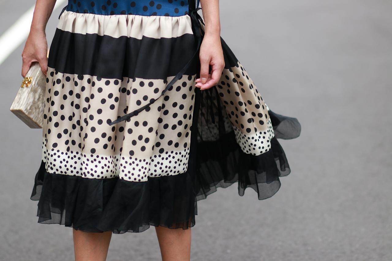 高級リネンにプリントされた素材を使ったスレンダーだけど広がりのあるスカートシルエットのデルポソのドレス。