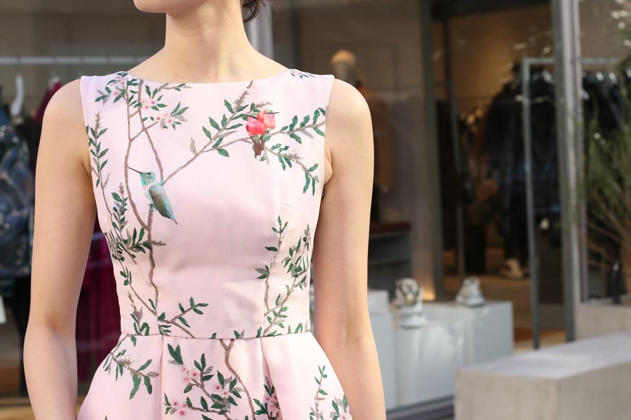 オンラインパーティーやオンライン結婚式にはおすすめのピンクの鳥がプリントされたドレス