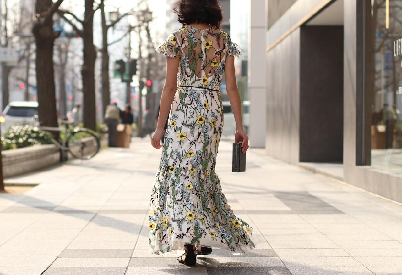 シースルーの花柄のロングドレスは骨格診断でウェーブタイプの方におすすめ