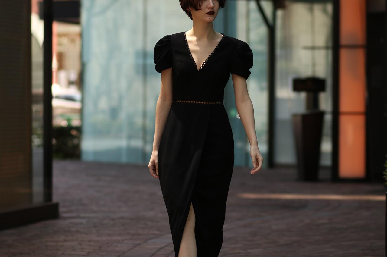 Vネックラインの黒いタイトロングドレスは骨格診断でストレートタイプの方におすすめ
