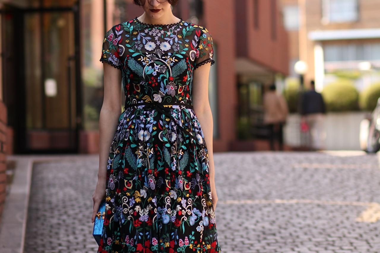 オンライン結婚式やオンラインパーティーにおすすめのカラフルな刺繍のロングドレス