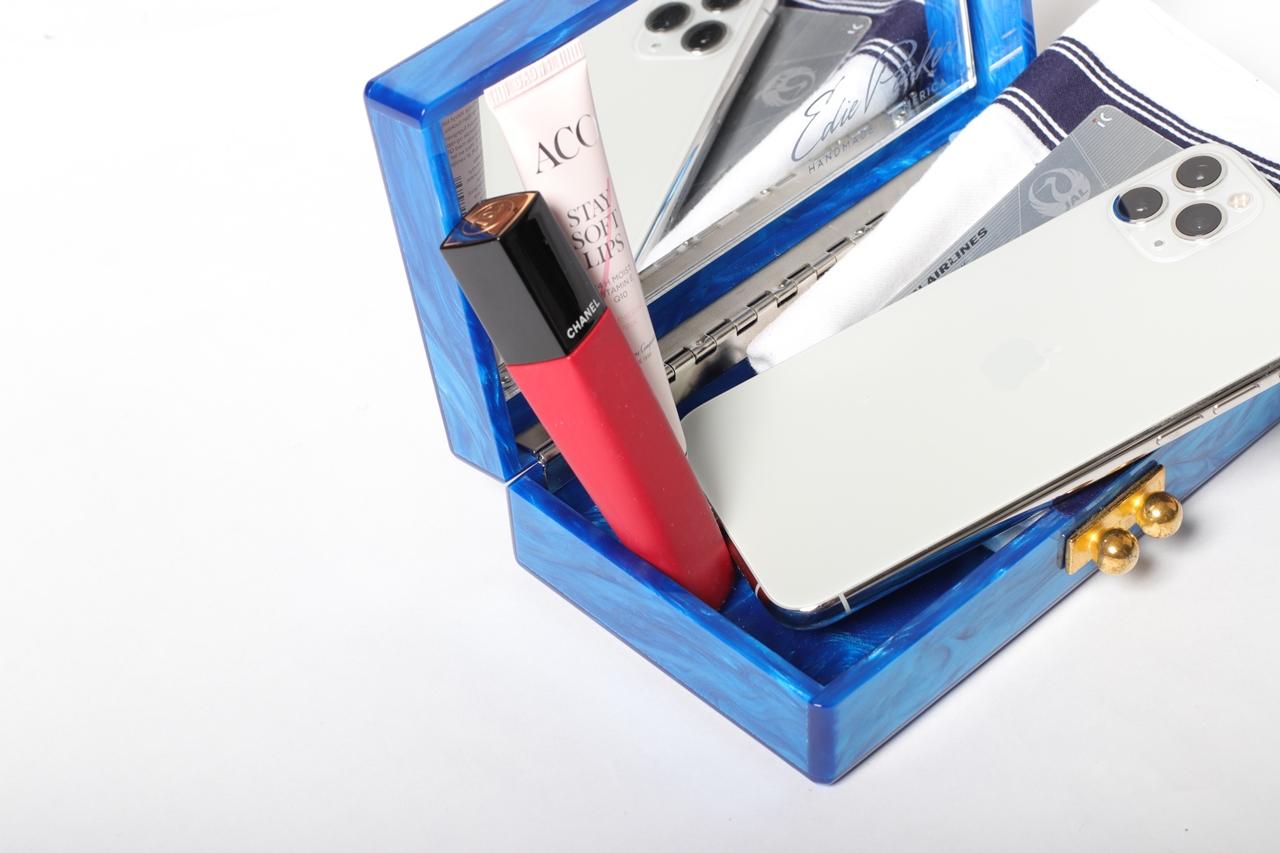 おしゃれな人のクラッチバッグの中身。入れるものは携帯、リップ、ハンカチ、カードと必要最低限に。