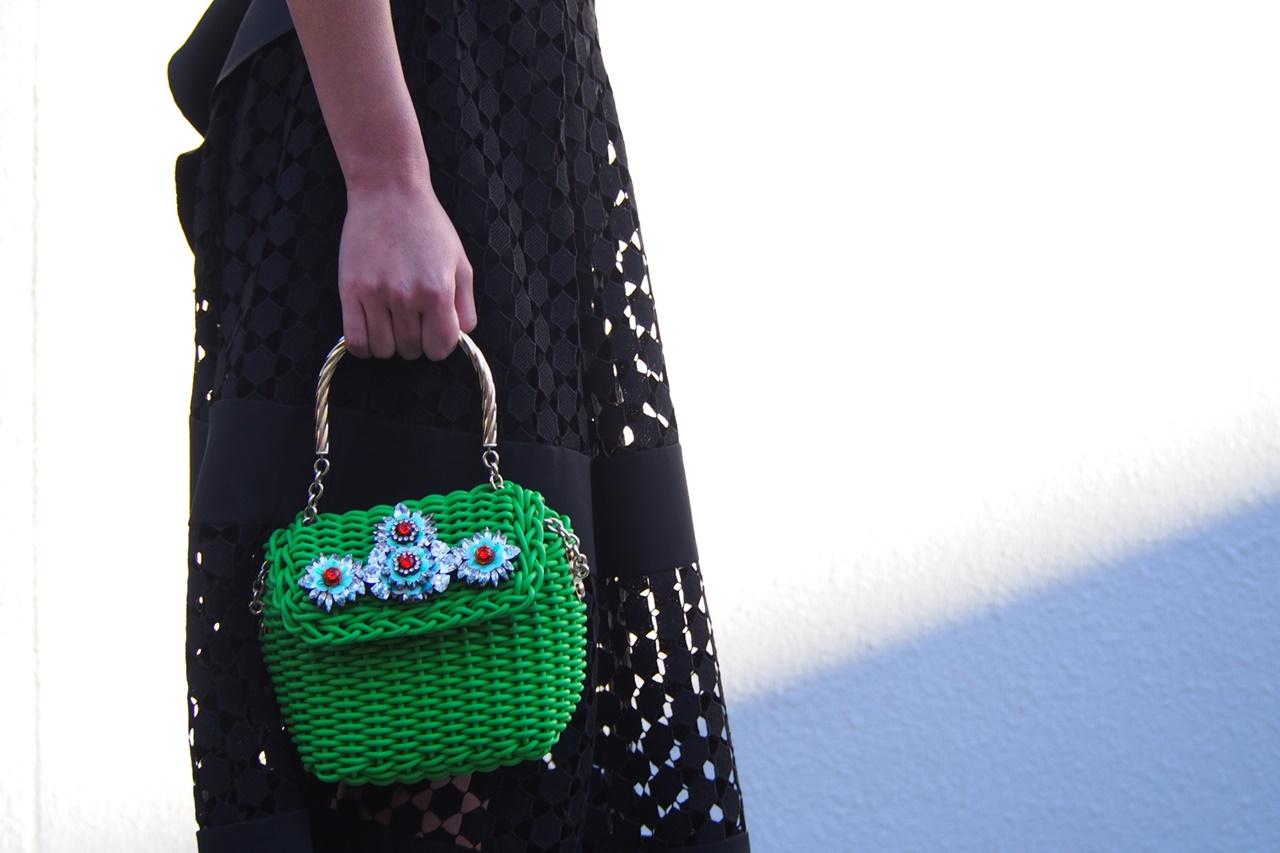 花モチーフのビジューが付いた緑のかごバッグはShourouk(シュルーク)のおしゃれなレンタルアクセサリー