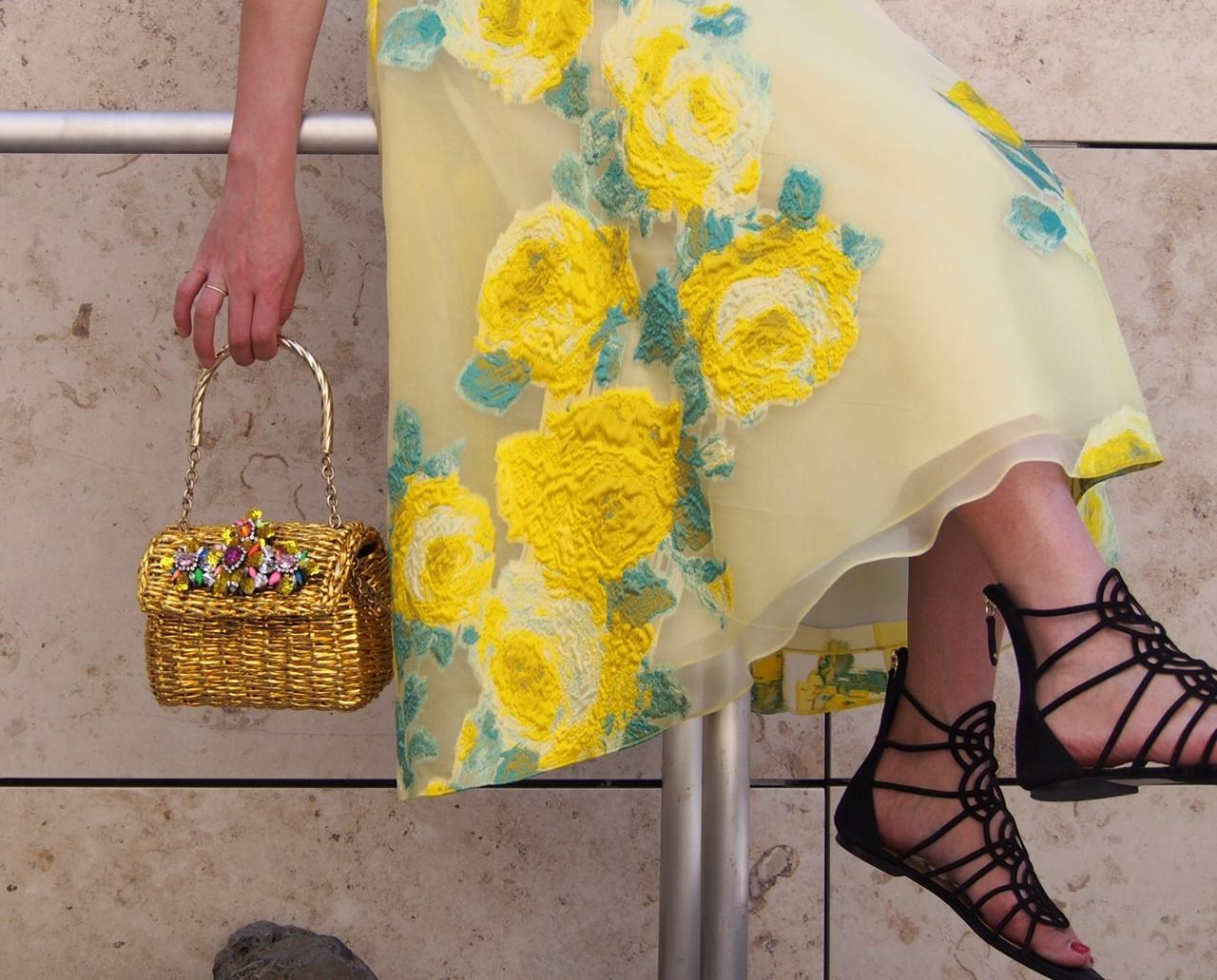 華やかなビジューが付いたゴールドのかごバッグはShourouk(シュルーク)のおしゃれなレンタルアクセサリー