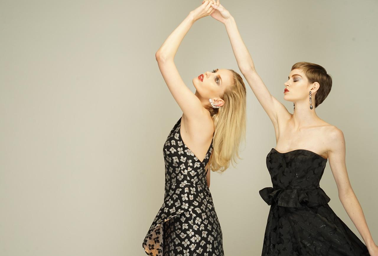 白い小花柄のワンピースと黒いベアのロングドレスはエムエル・モニーク・ルイリエ(ML Monique Lhuillier)のレンタルドレス