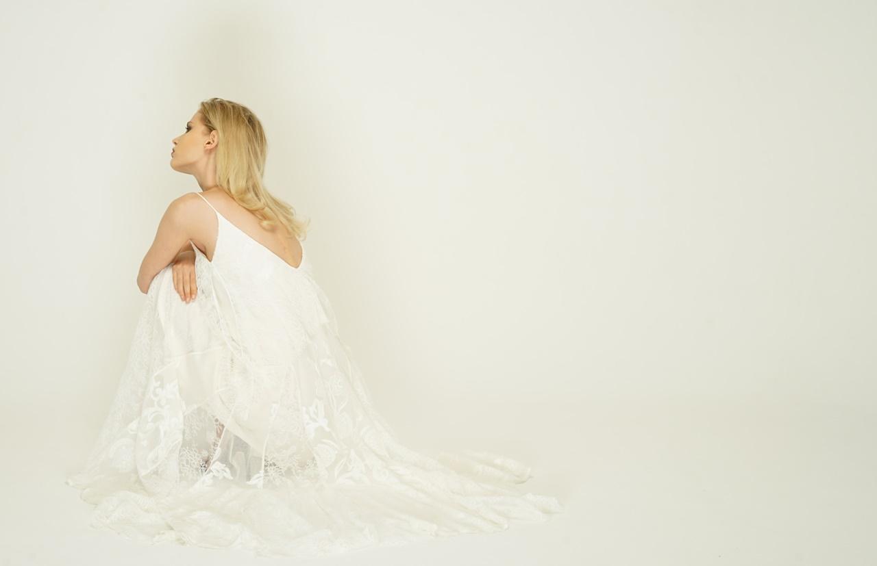 白い総レースのキャミソールはホートン(HOUGHTON)のレンタル ウェディングドレス