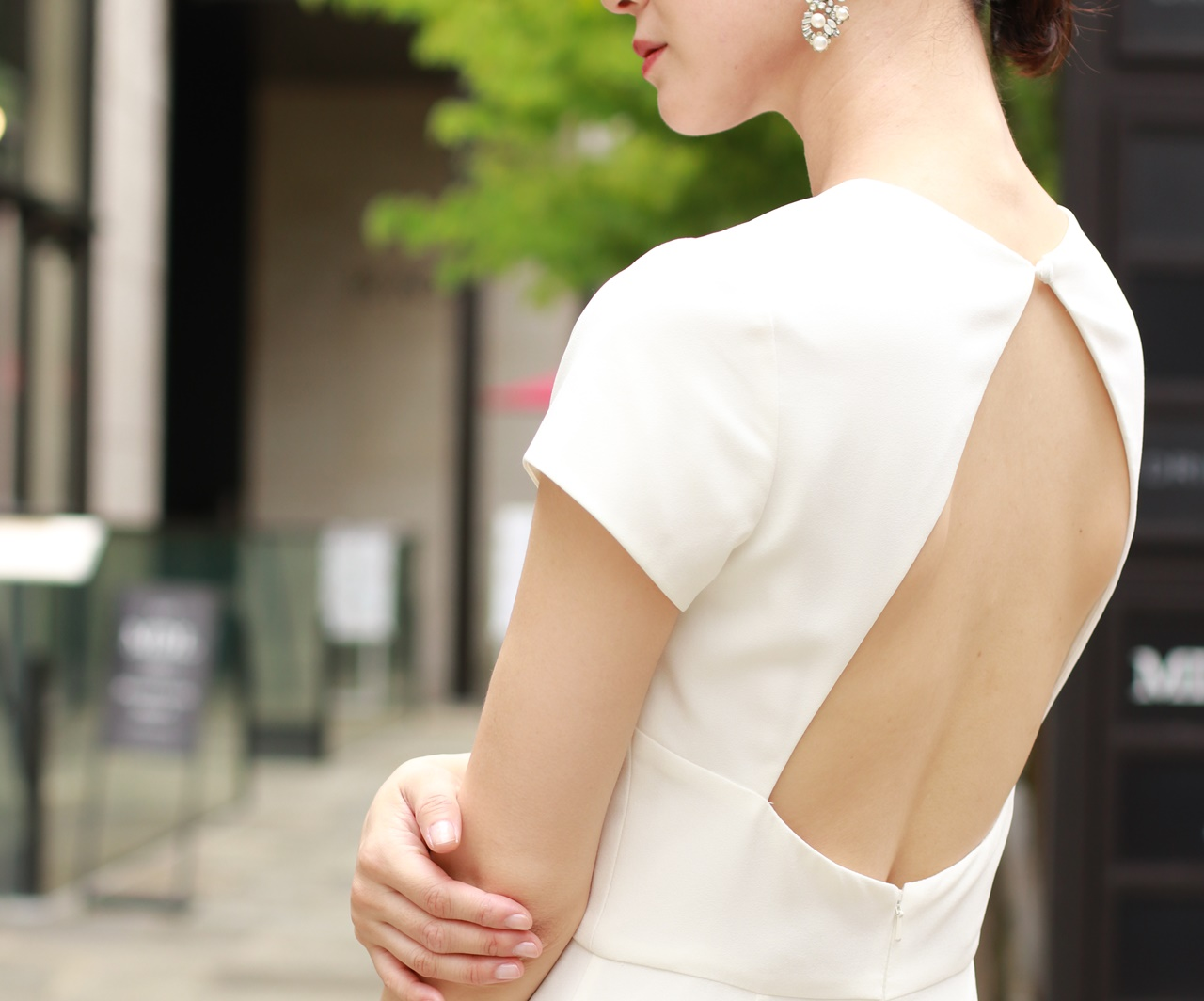 背中が開いた白い半そでのAMSALE(アムサーラ)のレンタル ウェディングドレス