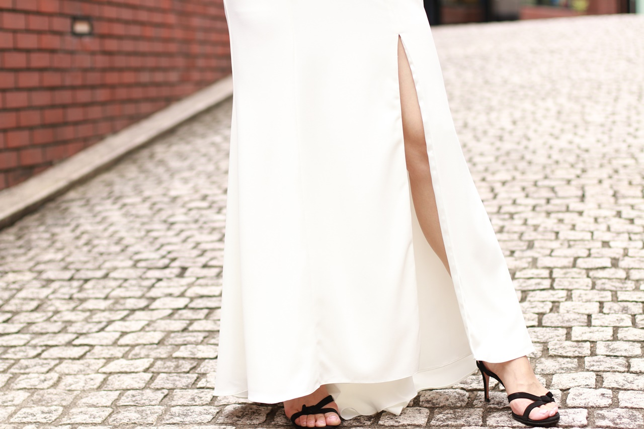 スリットの入ったAMSALE(アムサーラ)のレンタル ウェディングロングドレス