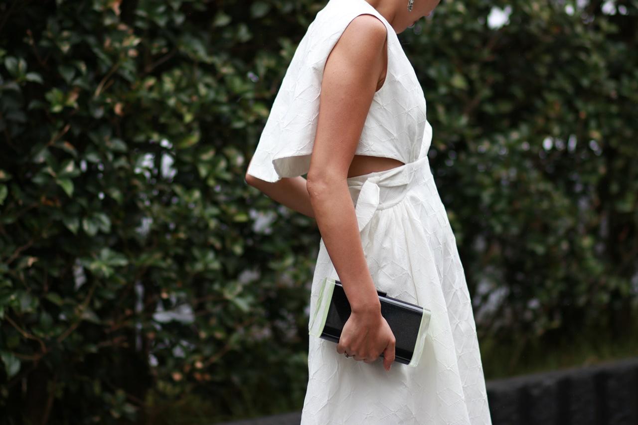 少人数結婚式におすすめなDELPOZO(デルポソ)のVネックの白いコットン素材のレンタルワンピース