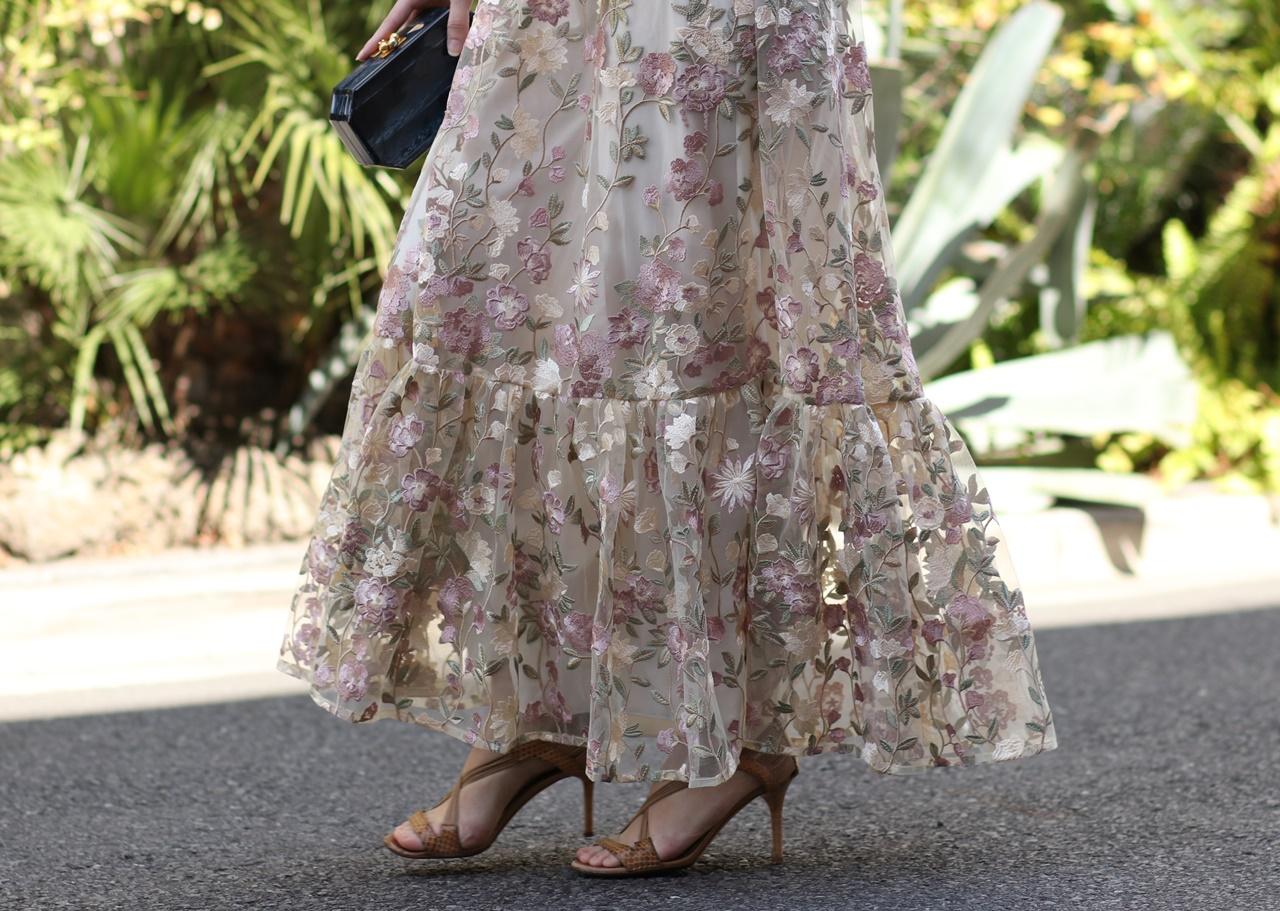 少人数結婚式におすすめの白とベージュのチュールに小花柄が刺繍されたML Monique Lhuillier(エムエル・モニーク・ルイリエ)のレンタルロングドレス