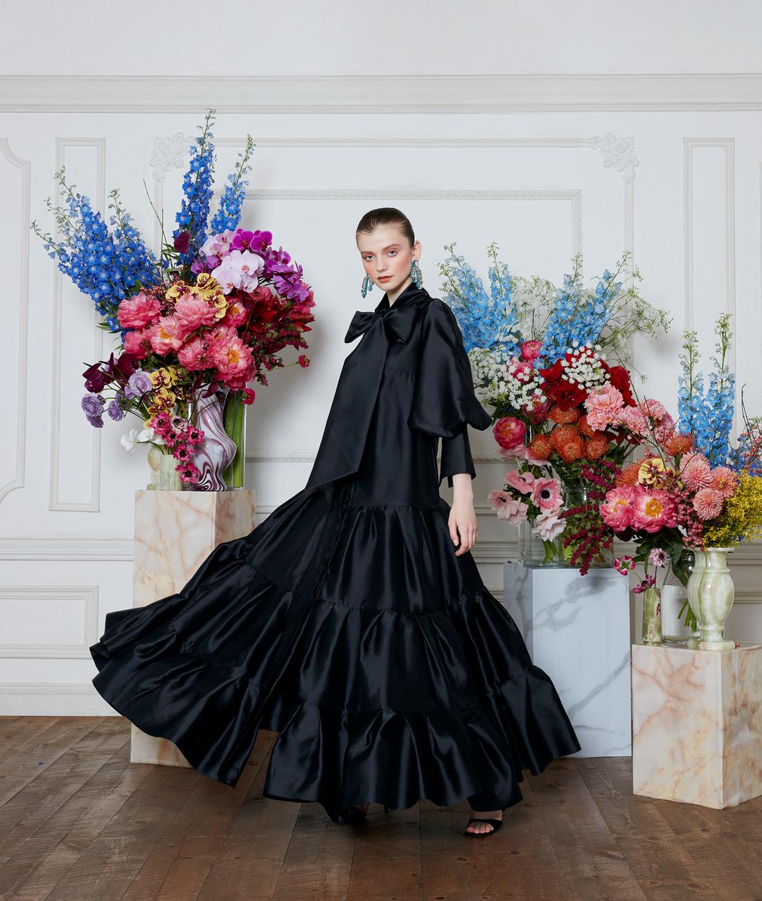 レンタルドレス、半袖と長袖の赤いレースワンピースを着た女性2人