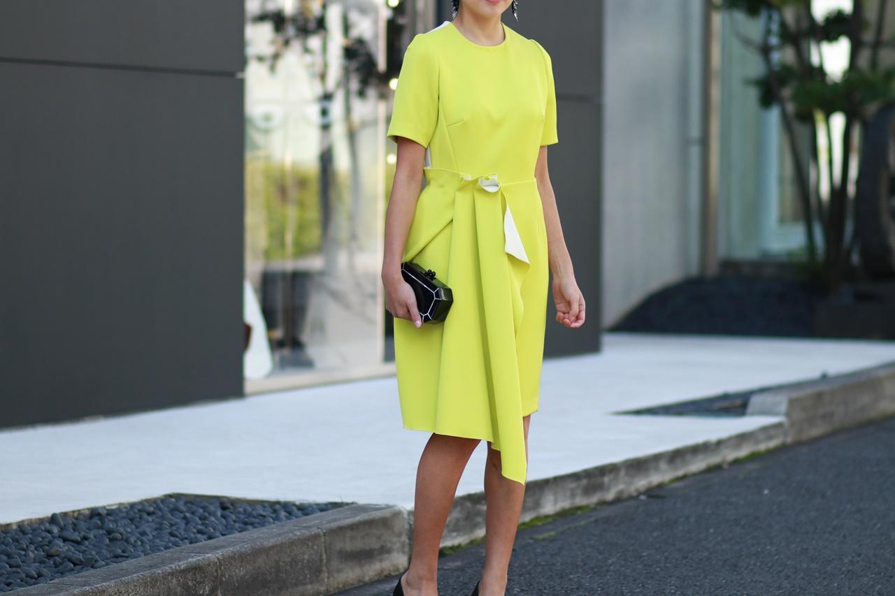 半袖の黄色のアシンメトリーなドレスはイエローベース(通称イエベ)の方におすすめのレンタルドレス