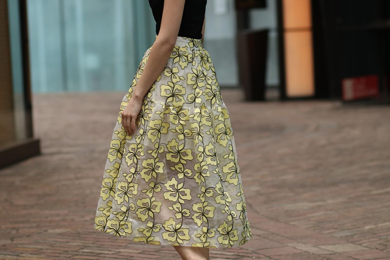 ブルーベース(通称ブルべ)の方におすすめのレンタルドレスは黄色のお花の刺繍がされたオーバンジー素材のハリのあるスカートは足がうっすら透けるデザインのスカートはマージュ(Maje) のスカート
