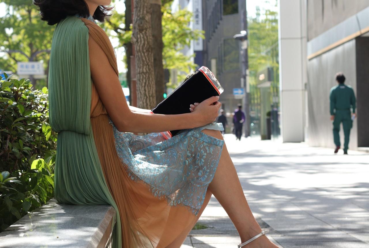 ブルーベース(通称ブルべ)の方におすすめのレンタルドレスは緑とオレンジのチュールのDELPOZO(デルポソ)のシャツワンピース