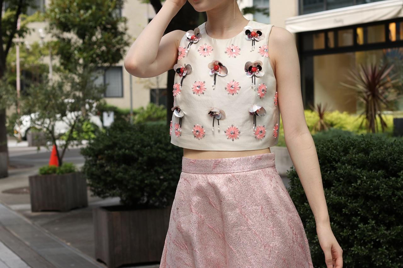 ブルーベース(通称ブルべ)の方におすすめのレンタルドレスはビューや刺繍が胸元にされているノースリーブのトップスとピンクのハイウエストスカートはレラ・ローズ(Leal Rose) のドレス