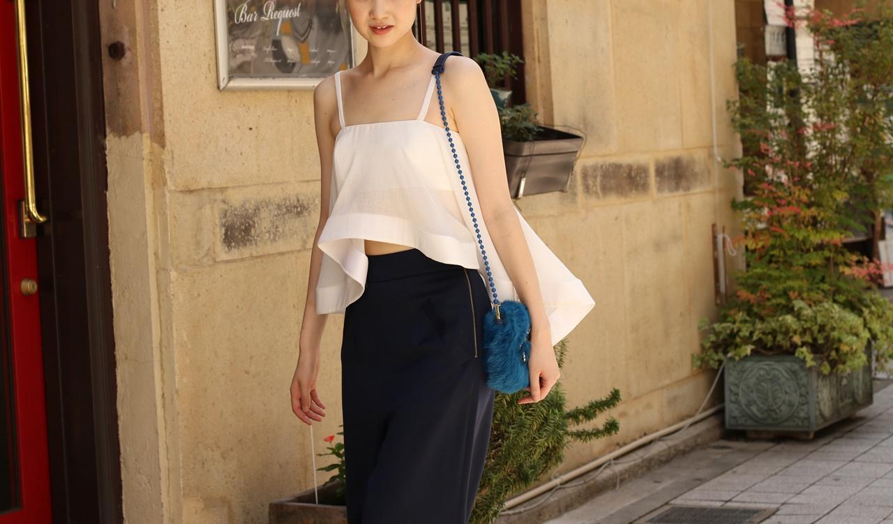 ブルーベース(通称ブルべ)の方におすすめのレンタルドレスは白のキャミソールは肌が透ける軽やかなシルクを使用したトップスとハイウエストのネイビーのパンツを合わせたホートン(Houghton)のドレス
