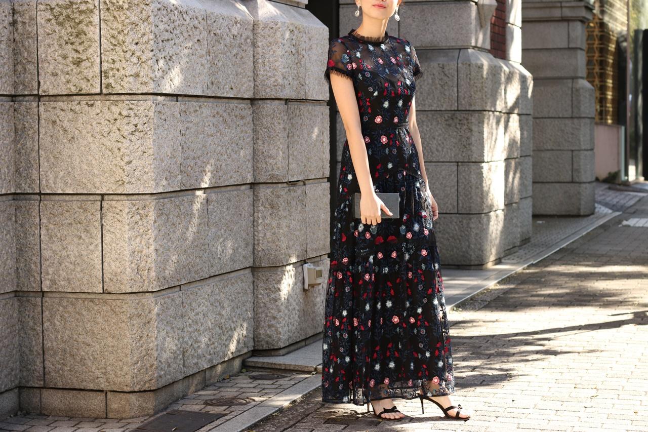 ブルーベース(通称ブルべ)の方におすすめのレンタルドレスは赤や青の刺繍が施された黒とネイビーのチュールの半袖のロングワンピースはエムエル・モニーク・ルイリエ(ML Monique Lhuillier)のドレス