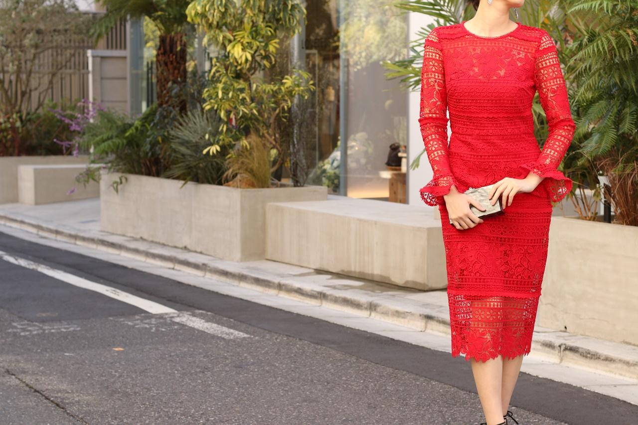 ブルーベース(通称ブルべ)の方におすすめのレンタルドレスは赤の総レースの長袖のタイトワンピースはエムエル・モニーク・ルイリエ(ML Monique Lhuillier)のドレス