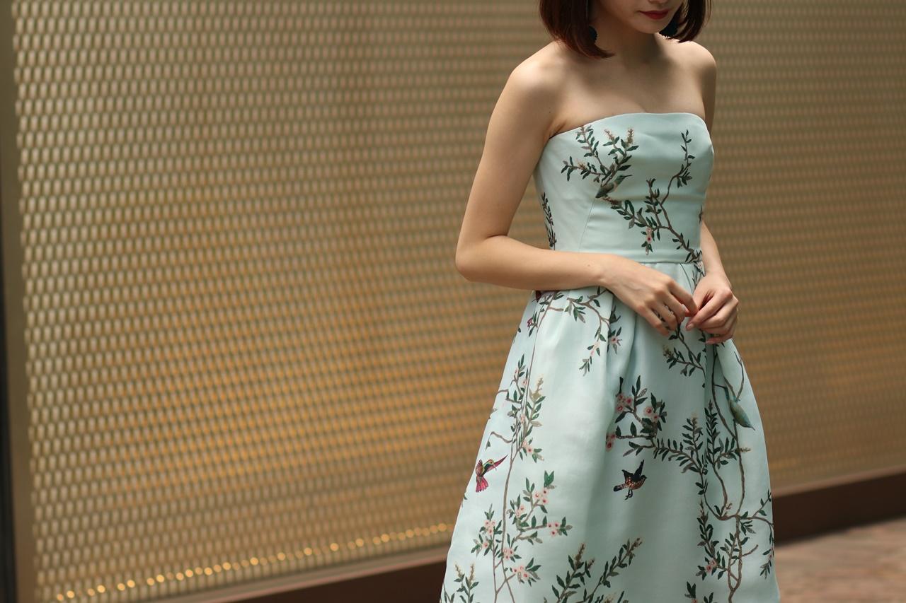 ブルーベース(通称ブルべ)の方におすすめのレンタルドレスは木や鳥がプリントされたベアの黄緑色のワンピースはモニーク・ルイリエ(Monique Lhuillier)のドレス