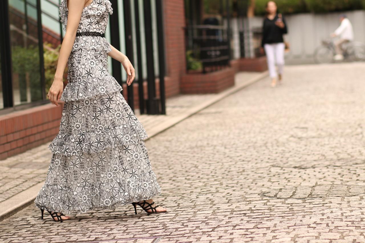 ブルーベース(通称ブルべ)の方におすすめのレンタルドレスは白と黒のお花の刺繍がされたチュールのロングワンピースはエムエル・モニーク・ルイリエ(ML Monique Lhuillier)のドレス