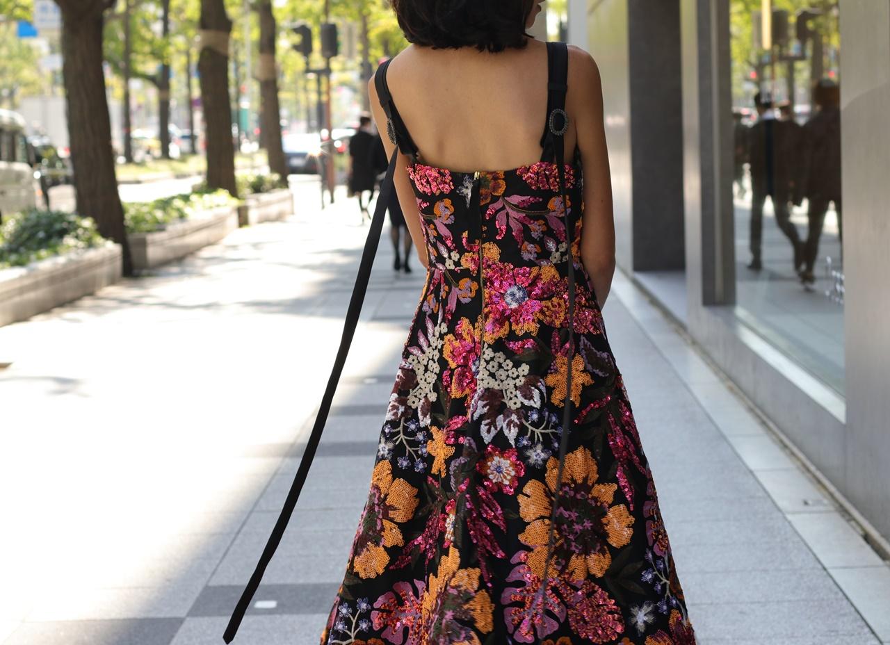 イエローベース(通称イエベ)の方におすすめのレンタルドレスはKhoon Hooi(クーン・フーイ)のピンクやオレンジのお花模様が施されたキャミソールのドレス