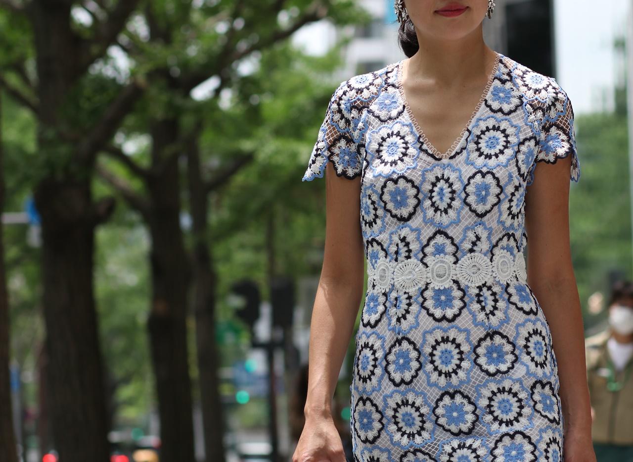 Vネックラインの水色と白の大柄の花模様のレースのレンタルドレスは骨格診断でストレートタイプの方におすすめ