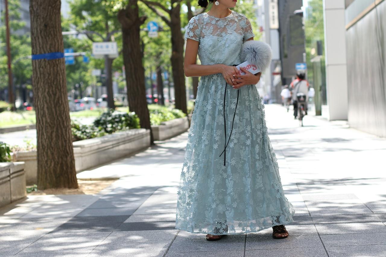 パーソナルカラーの診断別におすすめのレンタルドレスはスカイブルーの半袖の総レースのML Monique Lhuillier(エムエル・モニーク・ルイリエ)のドレス