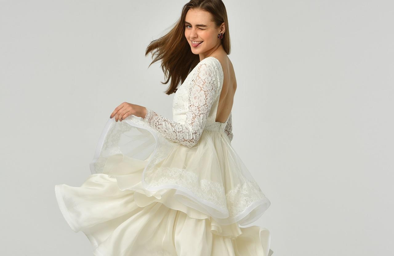 フォトウェディングにおすすめなオシャレなドレスは背中が広く開いたhoughton(ホートン)のウェディングドレス