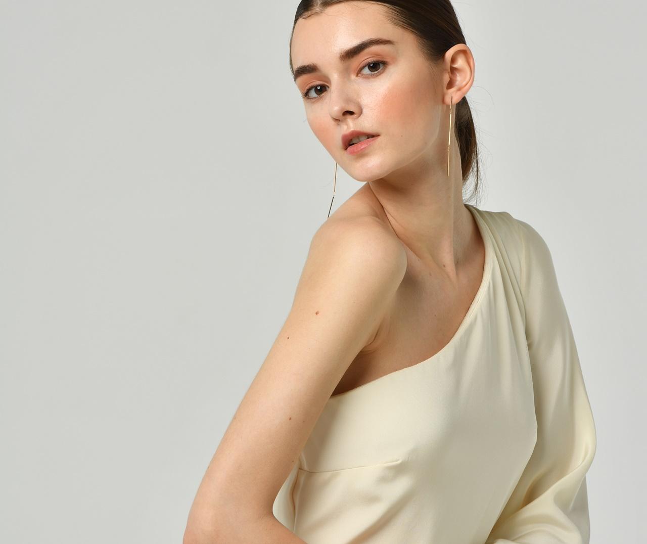 フォトウェディングにおすすめなオシャレなドレスはワンショルダーのニコール・ミラーのシルクのウェディングドレス