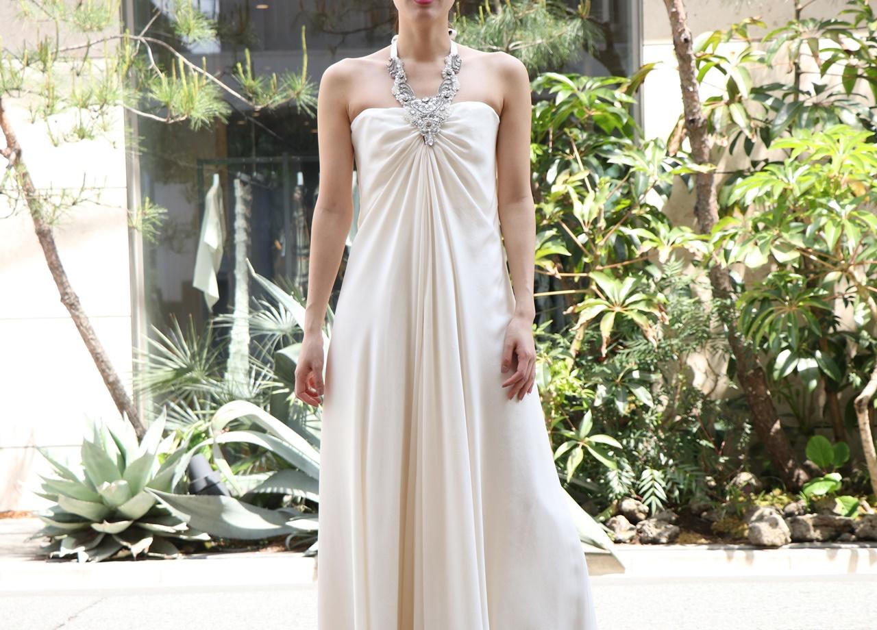 フォトウェディングにおすすめなオシャレなドレスはシルク素材のストラップレスのウエディングドレス