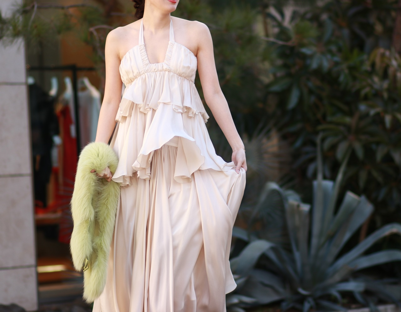 フォトウェディングにおすすめなオシャレなドレスはシルク素材のホルターネックのウェディングドレス